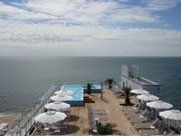 Отель в затоке на берегу моря